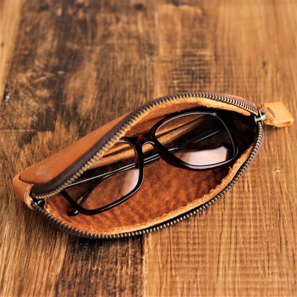 内部の茶色のフェルトが眼鏡を保護します